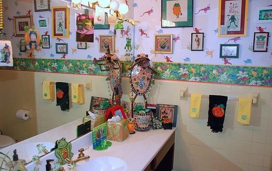 Frog green bathroom