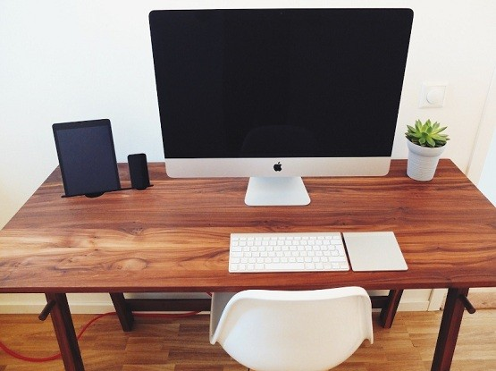 Hardwood Minimalist Computer Desk With Natural Finish
